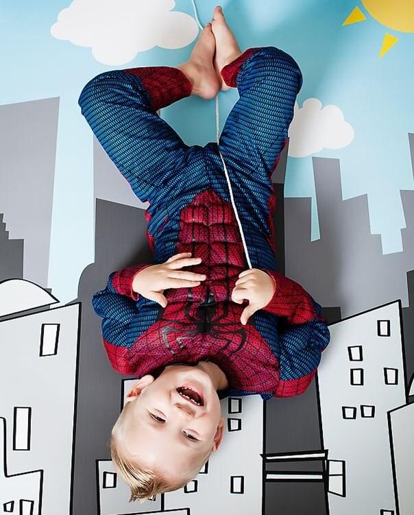 dijete u spiderman kostimu