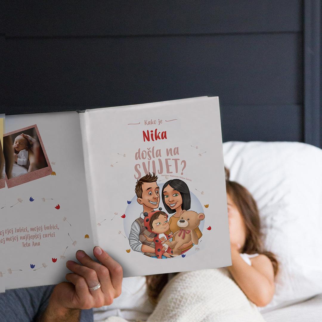dijete i tata s personaliziranom knjigom kako sam došao na svijet
