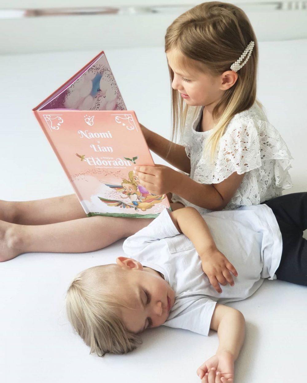 dvoje djece s knjigom Ptičji Eldorado