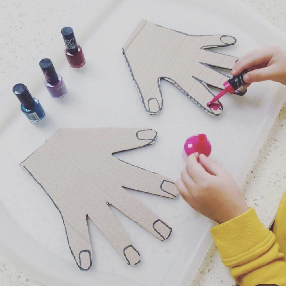 dijete boja ruku izrezanu od papira kao kozmetički salon